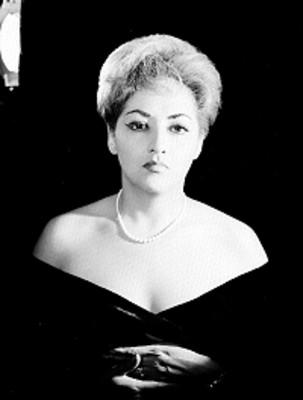 Aurora Roman de frente con escote amplio y collar de perlas, retrato