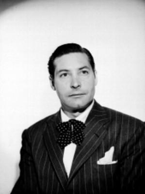 Maximo Santa Maria Viejo de frente con saco a rayas y corbata de moño, retrato