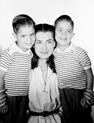 Rebeca Iturbide al centro con sus hijos a los lados, retrato
