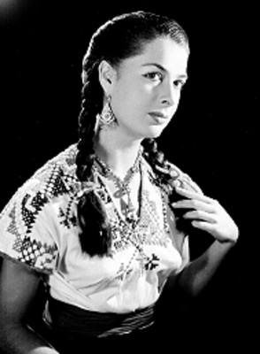 Rebeca Iturbide con atuendo tipico de bordado estilo huichol, retrato