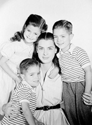Rebeca Iturbide e hijos, actriz, abrazados, sonrien, retrato de grupo