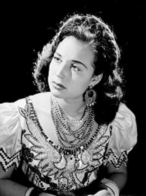 Flor Silvestre sentada con traje folclorico bordado en lentejuela, retrato