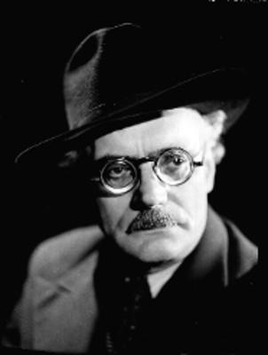 Ángel Falcon de frente con sombrero y anteojos, retrato