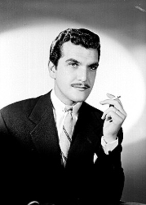 Raul Meraz, actor, con cigarrillo en mano, retrato