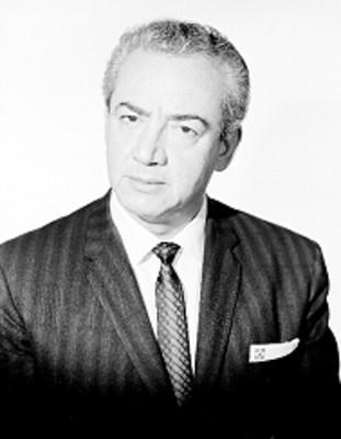Jorge Mercenario, editor, viste de traje y corbata, retrato