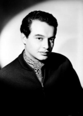Jaime Fernández, actor, viste chamarra con mascada estampada en el cuello, retrato