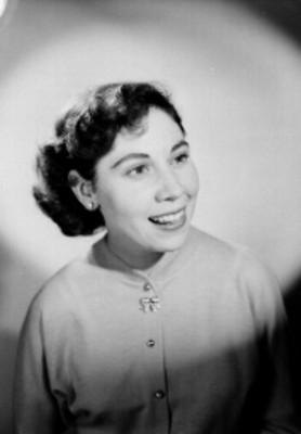 Carmen Bassols, actríz, viste suéter de botones y cuello redondo, sonríe, retrato