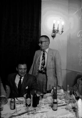 """Fernando Campos """"Fray Kempiz"""" con otros abogados y una mujer en su oficina, retrato de grupo"""