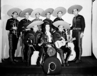 Rosa de Castilla y su mariachi, de frente con istrumentos musicales, retrato de grupo