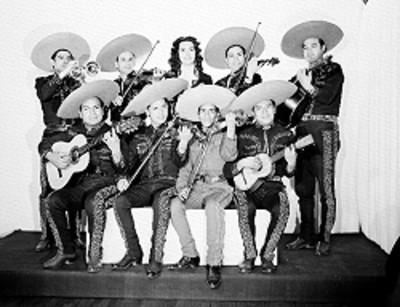 Rosa de Castilla y su mariachi, de frente, con instrumentos musicales, retrato de grupo
