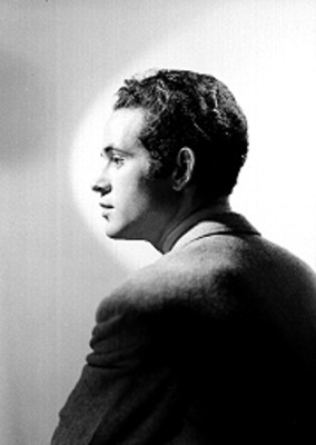 Julio Toledo, actor, viste saco, retrato de perfil
