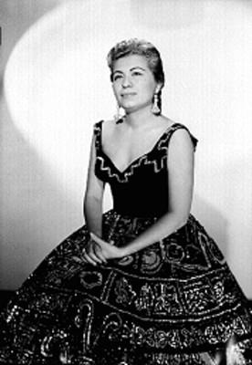 Lola Beltran sentada con sus manos sobre su regazo, retrato