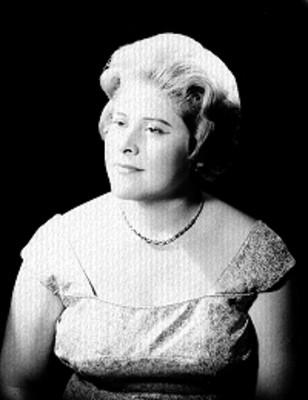 Carmen Solis, cantante de opera, porta vestido de tirantes anchos y accesorios, retrato de perfil
