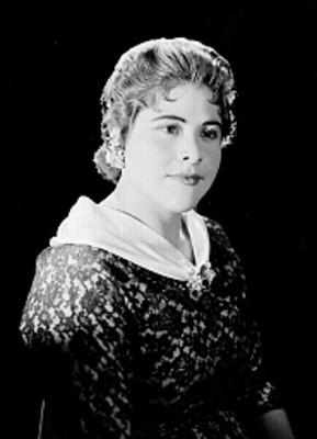 Carmen Solis, cantante de opera, porta vestido de encaje y accesorios, retrato de perfil