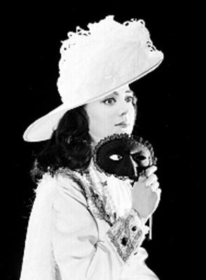 Judith Sierra, cantante de opera, antifas en mano junto al rostro, porta vestuario teatral, retrato de perfil