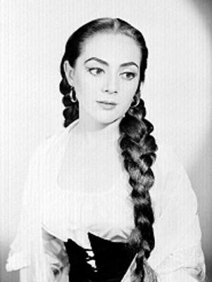 Judith Sierra, cantante de opera, porta vestido con resorte en el escote y faja, retrato
