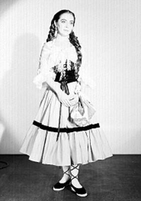 Judith Sierra, cantante de opera, porta vestuario teatral con peinado de trenza, retrato