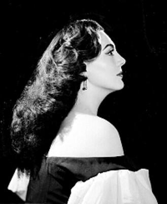 Judith Sierra, de perfil derecho, con hombro descubierto, retrato