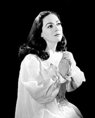 Judith Sierra, rostro y vista en alto, manos al frente en actitud de suplica, retrato