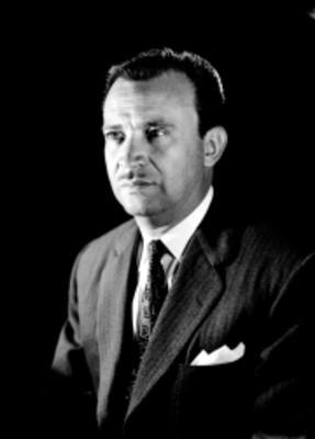 Jesús Sotelo Inclan, escritor, viste de traje y corbata, retrato