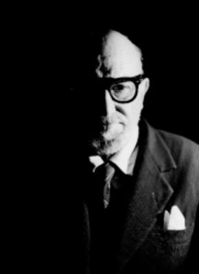 Leon Felipe, escritor, viste de traje y corbata, usa anteojos, retrato