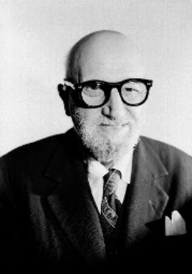 Leon Felipe, escritor, viste de traje y corbata, usa anteojos, sonríe, retrato