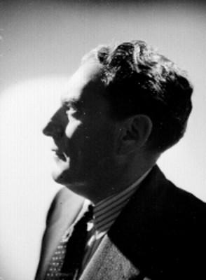 Martin Luis Guzman, de perfil izquierdo, viste formal, retrato