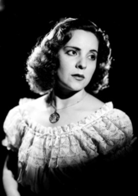 Celia Manzano, con blusa tipo campirano y collar, retrato