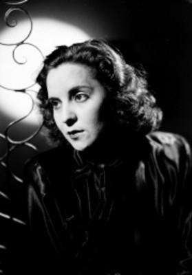 Celia Manzano, con mirada a su derecha con escenografia, retrato