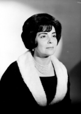 Celia Manzano, con abrigo y collar de perlas, retrato
