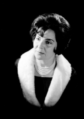 Celia Manzano de frente, mira hacia la derecha, retrato