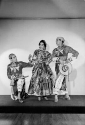 Par de Bailarines folkloricos miran a mujer, retrato