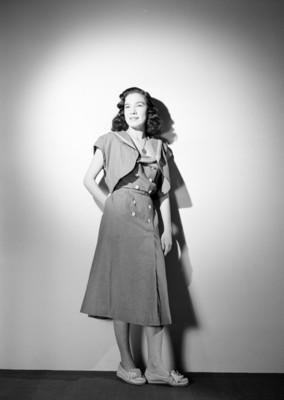 Martha Patricia, actriz, porta vestido con botones al frente y accesorios, sonríe, retrato