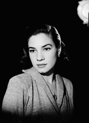 Martha Patricia, en tres cuartos de perfil, rostro iluminado y fondo oscuro, retrato