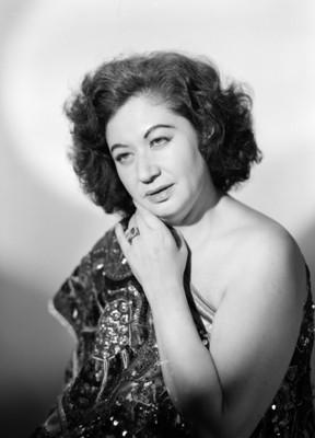 Maria Eugenia Villalobos, en tres cuartos de perfil con hombro desnudo, retrato