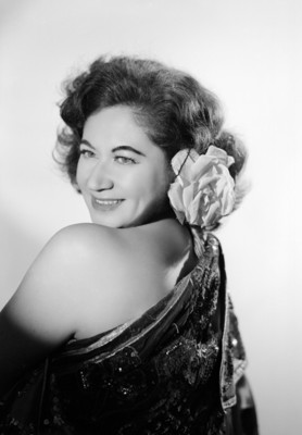 Maria Eugenia Villalobos, de espalda con rostro sobre hombro izquierdo, retrato