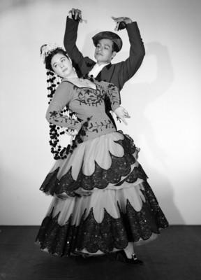 Maria Eugenia Villalobos con acompañante, en posicion de baile flamenco, retrato