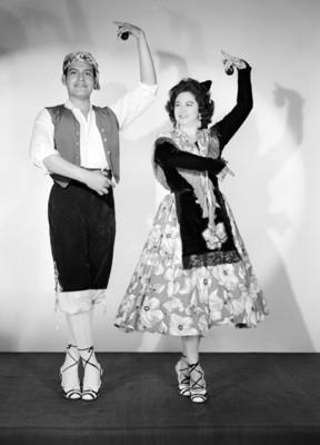 Maria Eugenia Villalobos y acompañente, vestidos con atuendo flamenco, retrato
