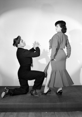Maria Eugenia Villalobos con su acompañante simula bailar, retrato