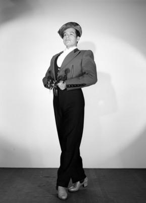 Hombre de pie, en tres cuartos de perfil con atuendo sevillano, retrato