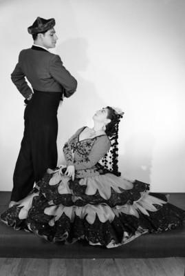 Maria Eugenia Villalobos sentada en el piso, mira a su acompañante de pie, retrato