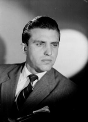 Raul Mancera, en tres cuartos de perfil a la izquierda, viste formal, retrato