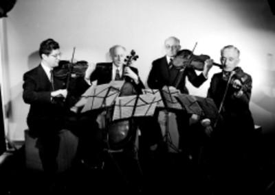 Integrantes del Cuarteto Lener tocan sus instrumentos durante la interpretacion de una melodia, retrato de grupo