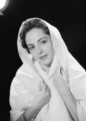 Elvira Pedroza, se cubre con rebozo, fondo oscuro, retrato