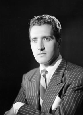 Abel Salazar, actor, viste de traje a rayas y corbata, retrato