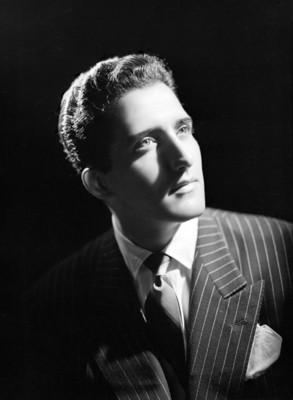 Abel Salazar, actor, viste de traje a rayas y corbata, retrato de perfil