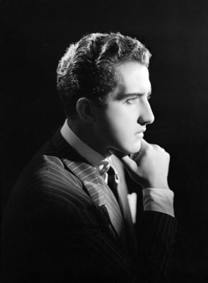 Abel Salazar, actor, mano a la barbilla, viste de traje a rayas y corbata, retrato de perfil