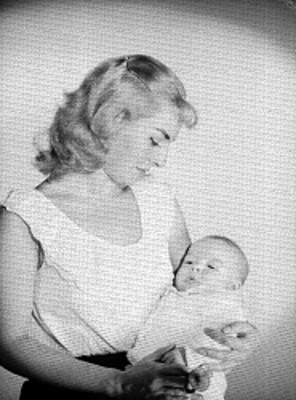 Maria Rivas e hijo, actriz, observa a su bebe en brazos mientras el duerme, retrato
