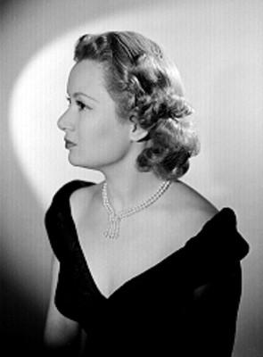 Alicia Ravel, de perfil derecho con vestido de escote amplio, retrato