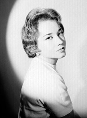 Rebeca San Romam, de perfil mira a la derecha, fondo claro oscuro, retrato